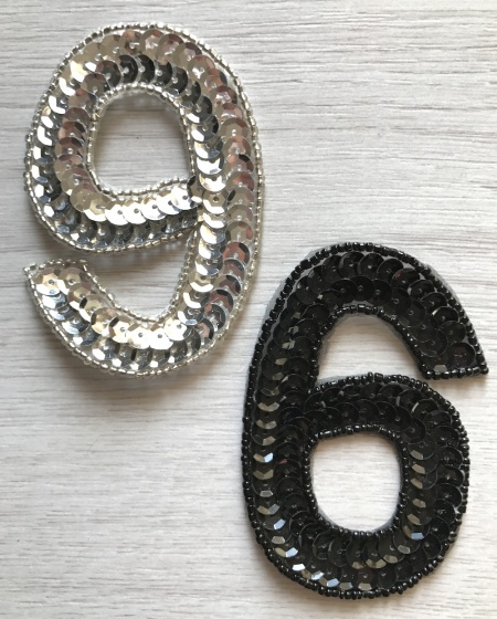 Numero 6 o 9 in paillettes e perline argento